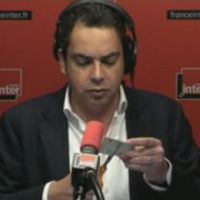 France Inter : Patrick Cohen découpe sa carte de presse en direct