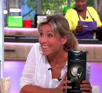 Brigitte Lahaie offre un sex toy à Anne-Sophie Lapix