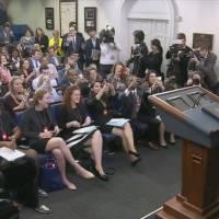 Barack Obama s'incruste dans une conférence de presse d'étudiants en journalisme