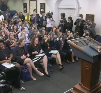 Barack Obama s'invite à une conférence de presse...