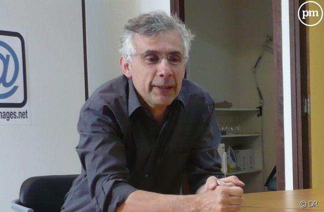 Daniel Schneidermann dans les locaux d'Arrêt sur images