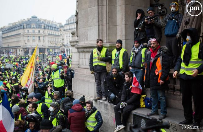 Des Gilets jaunes devant l'Opéra Garnier à Paris