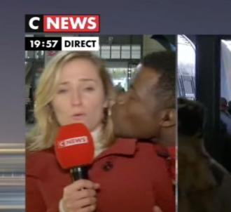 La journaliste Claire Sergent embrassée de force lors...