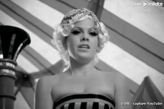 """Pink dans le clip 2010 de """"Please Don't Leave Me"""""""