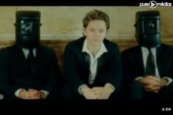 """Raphaël dans le clip du """"Bar de l'hôtel"""""""