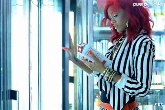 "Rihanna dans le clip de ""What's My Name"""