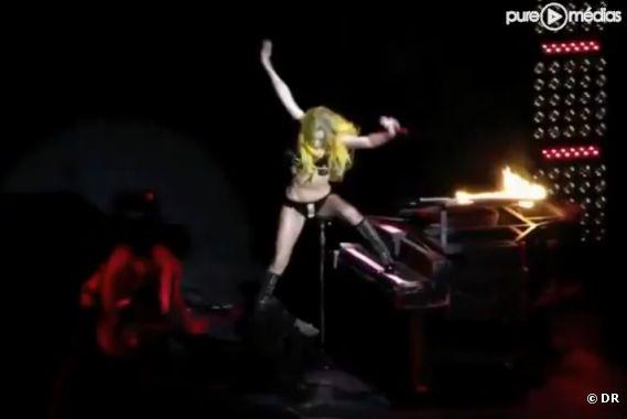 Lady Gaga chute en concert