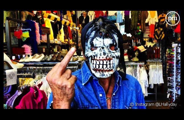 Johnny Hallyday fait un doigt d'honneur à la presse people