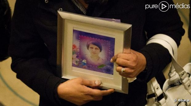 Une femme porte un portrait de Jacintha Saldanha, l'infirmière retrouvée pendue, lors de sa veillée funèbre le 14 décembre 2012.
