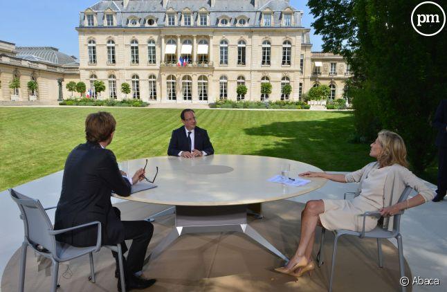 François Hollande reçoit Claire Chazal et Laurent Delahousse à domicile, en juillet 2013.