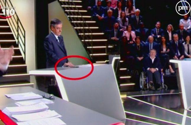 François Fillon sur son portable pendant le débat présidentiel.