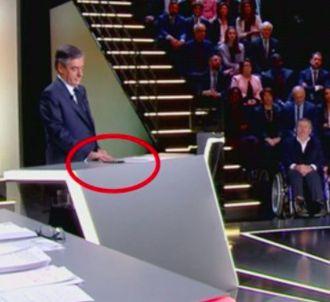 François Fillon sur son portable pendant le débat...