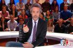 """""""Quotidien"""" démonte l'intox de la poignée de main entre Elkrief et Macron"""