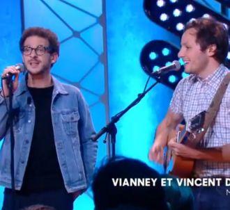 Vincent Dedienne chante avec Vianney.