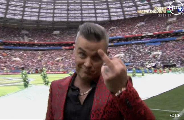 Robbie Williams fait un doigt d'honneur lors de la cérémonie d'ouverture de la Coupe du monde