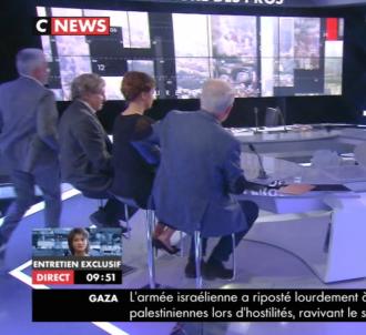 En retard, Pascal Praud court sur le plateau de CNews.