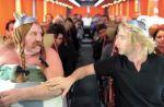 Gérard Depardieu urine dans un avion : la parodie... par Depardieu & Baer !