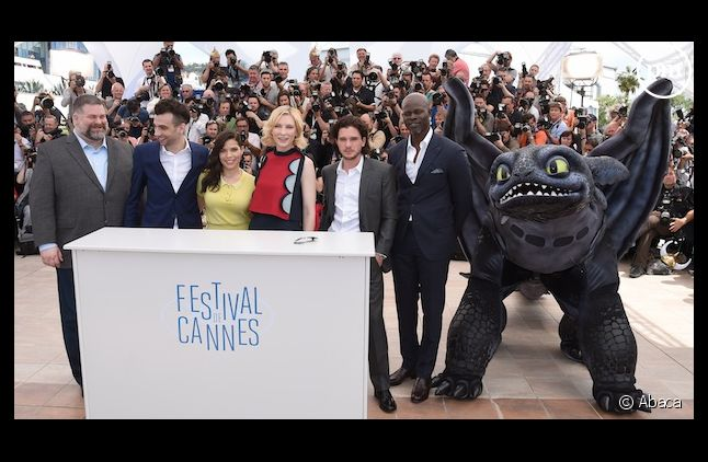Cate Blanchett a passé sa journée avec un dragon en plastique