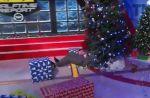 Shaquille O'Neal chute sur le sapin de Noël d'une chaîne américaine