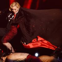 Madonna chute lourdement aux BRIT Awards 2015