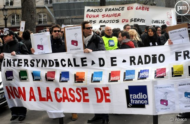 Salariés de Radio France manifestant devant l'Assemblée nationale le 31 mars dernier