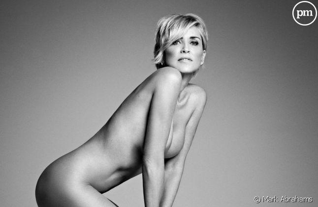 Sharon Stone pose nue pour un magazine.