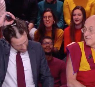 Pablo Mire se tond les cheveux en direct dans 'Quotidien'.
