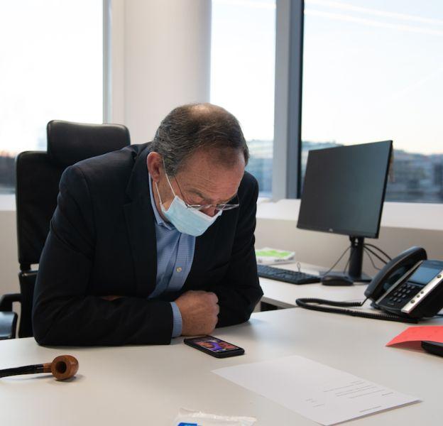 Jean-Pierre Pernaut à 8h30 à son bureau. A ses côtés, une pipe de Saint-Claude reçue en cadeau