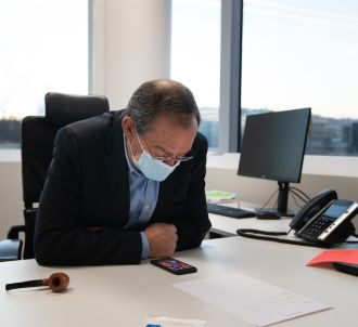 Jean-Pierre Pernaut à 8h30 à son bureau. A ses côtés, une...
