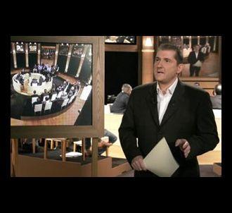 Yves Calvi présente 'Mots Croisés'