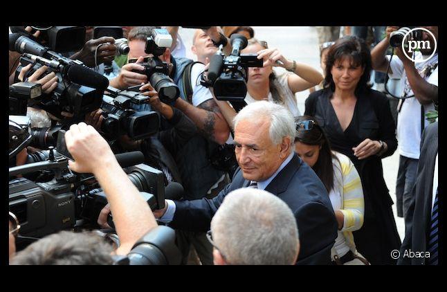 Dominique Strauss-Kahn et sa compagne Anne Sinclair face à la cohue des journalistes, le 23 août 2011 à New York