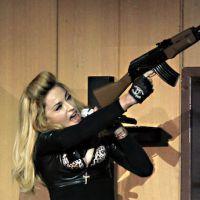 Concert de Madonna : l'utilisation de fausses armes critiquée après la fusillade d'Aurora