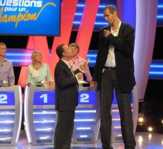 Julien Lepers reçoit le deuxième plus grand homme du monde