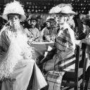 """Deux femmes fatales côte à côte : Jeanne Moreau et Brigitte Bardot réunies dans le film """"Viva Maria !"""" en 1965"""