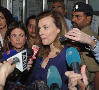 Valérie Trierweiler, assaillie par les journalistes à son...