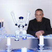 Thierry Ardisson accompagné d'un robot pour