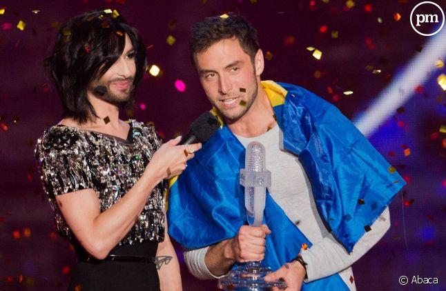 Conchita Wurst remet son trophée à <span>Måns Zelmerlöw.</span>