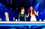 """Quatre spectateurs envahissent le plateau de """"X Factor"""" après la prestation d'une candidate"""