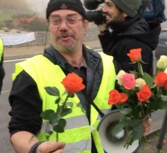 Un Gilet jaune offre des roses à des journalistes de...