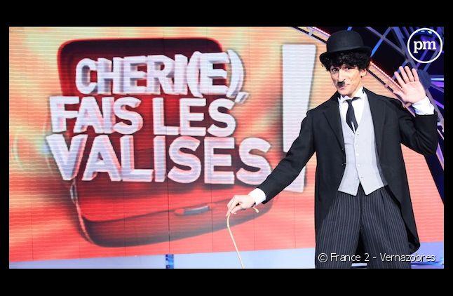 """Nagui est déguisé pour présenter son jeu """"Chéri(e), fais les valises"""" sur France 2"""