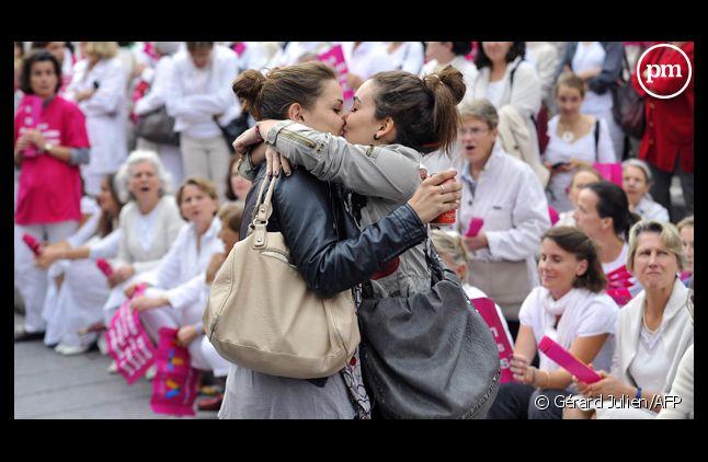 Deux filles s'embrassent à Marseille, sous l'objectif d'un photographe de l'AFP.