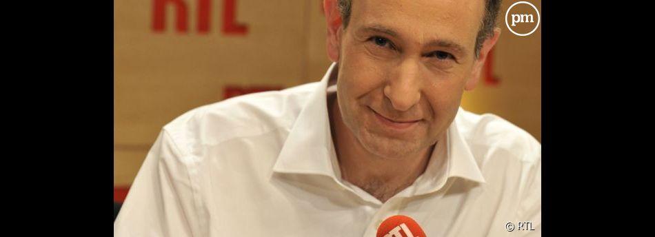 Laurent Bazin présente la première matinale de France : en effet  1,8 million d'auditeurs écoutent chaque matin RTL, soit  17.000 de plus que son premier concurrent.
