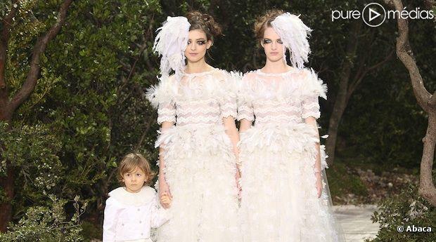 Deux mariées et un enfant sont apparus à la fin du défilé Chanel ce matin à Paris !