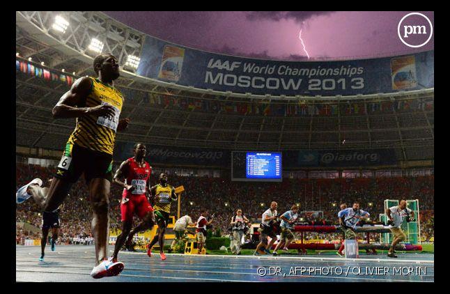 Le Jamaïcain Usain Bolt est sacré champion du monde du 100 m en 9 sec 77/100e, tandis qu'un orage s'abat sur Moscou au moment de la course, le 11 août 2013.