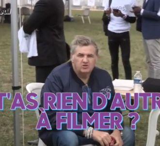 Pierre Ménès agacé d'être filmé par 'Quotidien'.