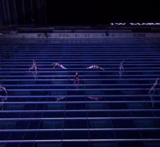 Pink chante en rappel le long du JW Marriott Hotel de Los...