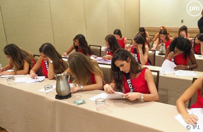Des candidates concentrées durant leur épreuve
