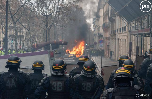 Scènes de violences à Paris lors d'un rassemblement de Gilets jaunes.