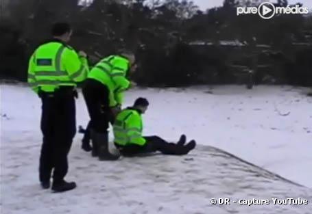 Des policiers anglais font de la luge