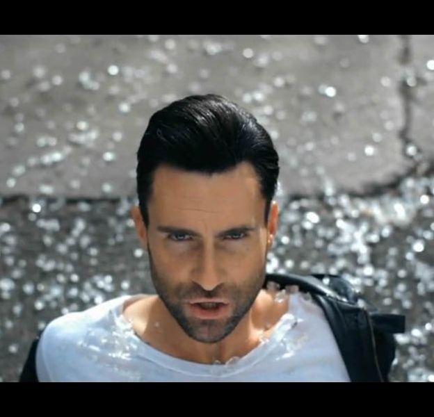 """Adam Levine dans le clip de """"Misery"""" des Maroon 5"""